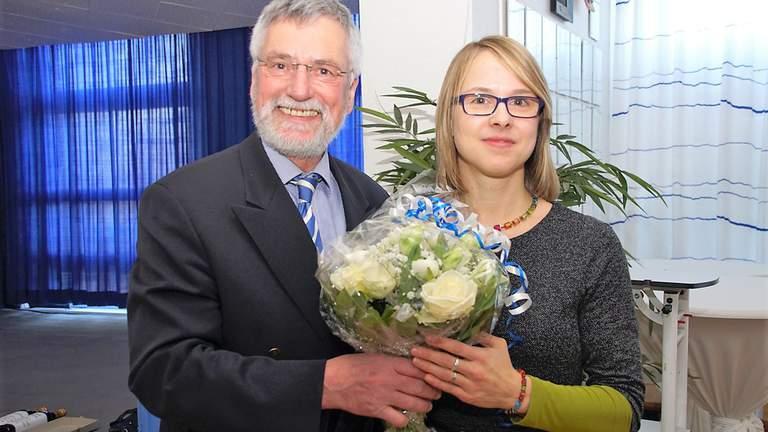 Ulrich Hahn überreicht Kathrin Kühn einen Blumenstrauß