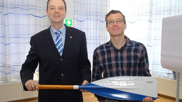 Georg Kreimeyer hält mit Kilometerkönig Martin Neutzler das Ruderblatt, auf dem der jährliche Rekordwert eingetragen wird.
