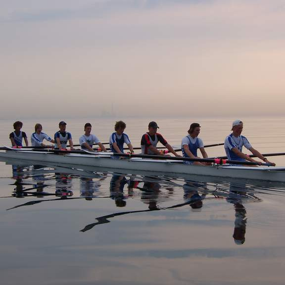 Junioren-Achter des Ruderclub Hansa auf dem Wasser im kanadischen Toronto beim Sonneruntergang.