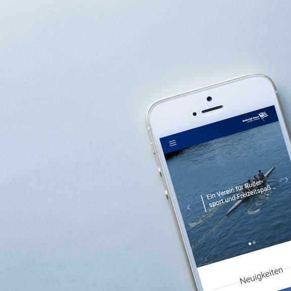 Die Homepage des Ruderclub Hansa Dortmund auf einem Smartphone-Display