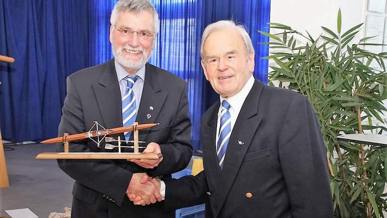 Ulrich Hahn überreicht Hansa Hammermann ein Geschenk zum Jubiläum.