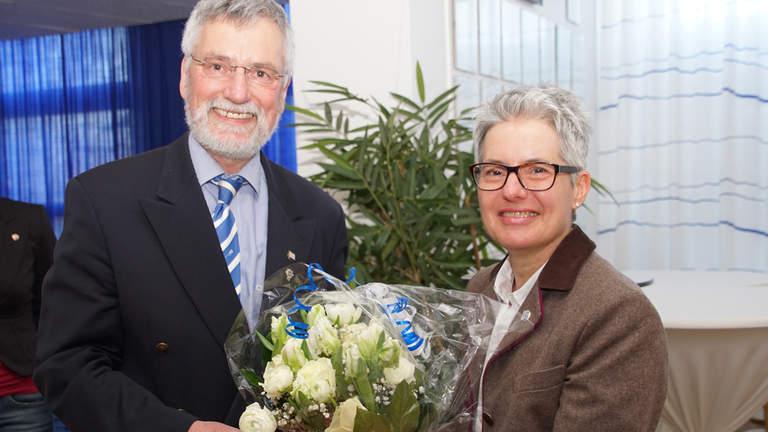 Ulrich Hahn überreicht Ira Lepper einen Blumenstrauß.