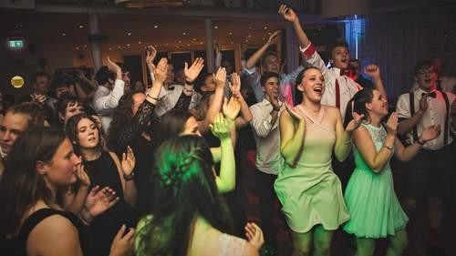 Viele Gäste klatschen und tanzen im Clubhaus der Ruderclub Hansa beim traditionellen Herbstfest.