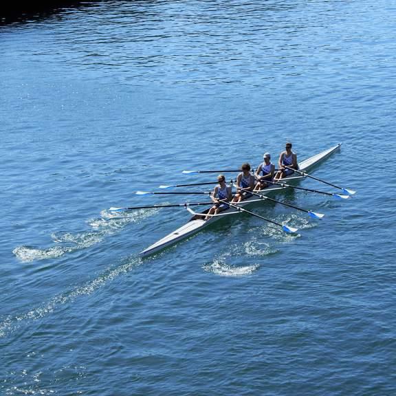 Junioren-Vierer auf dem Wasser