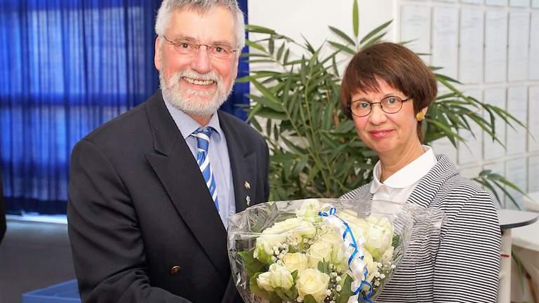 Ulrich Hahn überreicht Suse Stelzer einen Blumenstrauß.