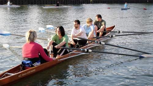 Studierende lernen unter Anleitung das Rudern im Boot
