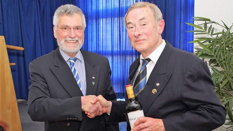 Ulrich Hahn gratuliert Horst Schröer zur 60-jährigen Mitgliedschaft