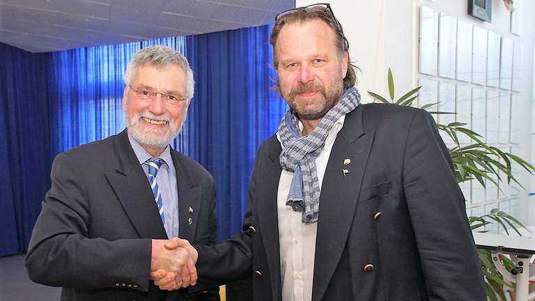 Ulrich Hahn gratuliert Friderich Wilhelm Bücker.
